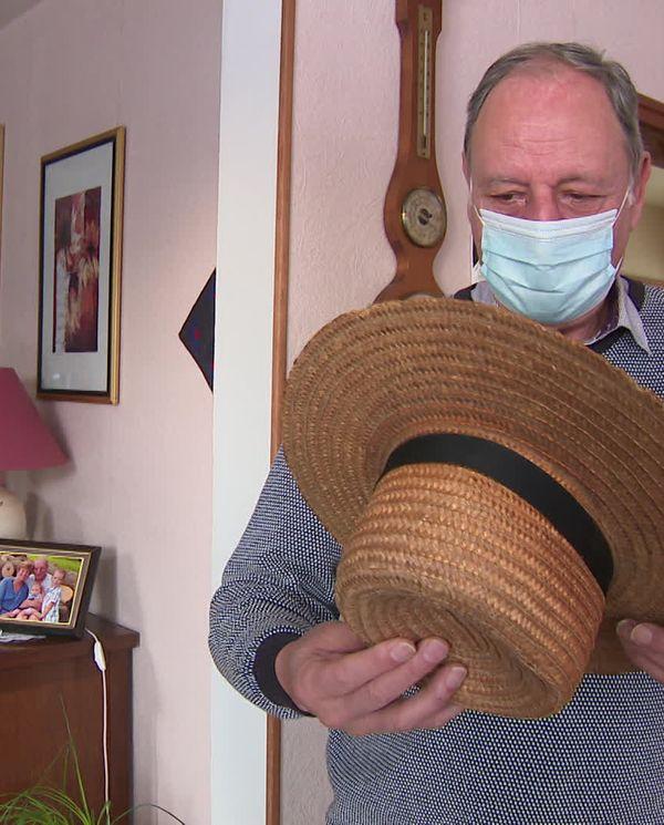 Robert Baecher a sorti le traditionnel chapeau de paille de sa malle à trésors amish