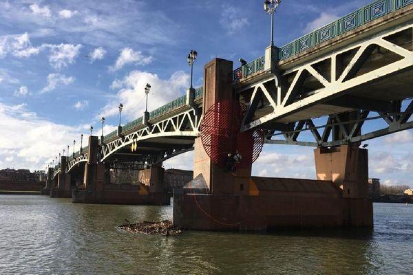 L'installation de l'œuvre de Georges Rousse sur le Pont-St-Pierre à Toulouse.