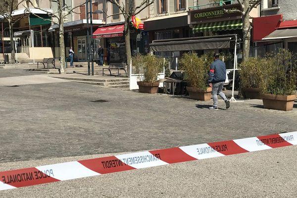 L'agresseur est entré dans plusieurs commerces de la place Jean Jaurès à Romans-sur-Isère.