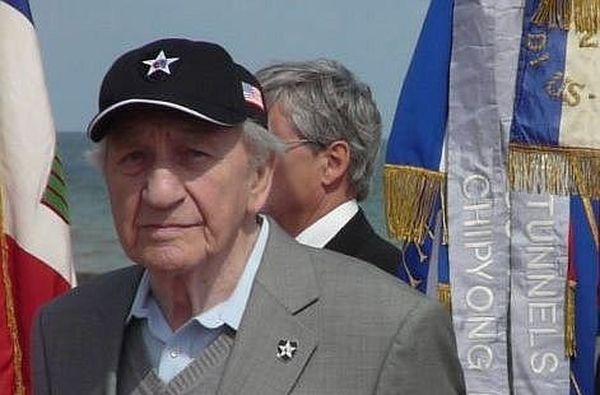 Bernard Dargols en 2008, lors d'un hommage aux vétérans du Débarquement à Saint-Laurent-sur-mer.