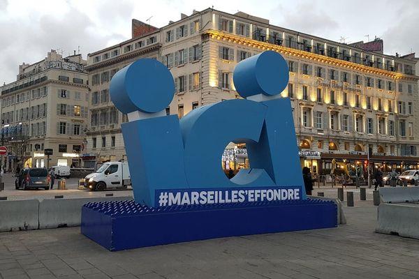 15/01/2020. Objet publicitaire devenu objet de campagne, la structure de 4m de haut, installée à l'origine par la métropole d'Aix-Marseille-Provence, a été détournée.