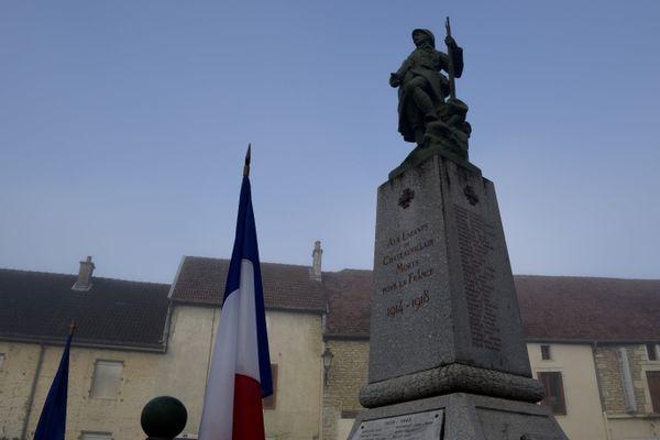 Comme à Châteauvillain (Haute-Marne), beaucoup de monuments français sont ornés d'une statue en fonte fabriquée par la fonderie de Sommevoire.