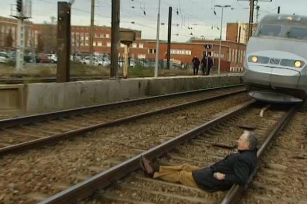 Jacques Vernier, ancien maire de Douai, a bloqué le dernier TGV vers la Bretagne depuis la gare de Douai.