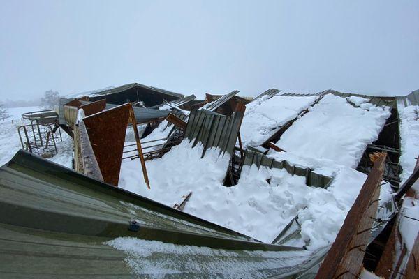 A Montpeyroux (Aveyron) les toits de 6 bâtiments agricoles se sont effondrés sous le poids de la neige, comme dans d'autres communes de l'Aubrac.