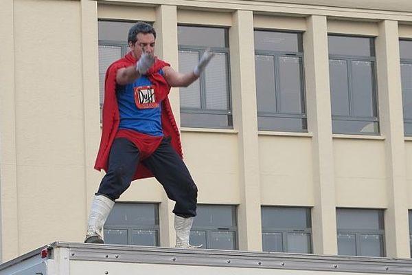 Un super-héros sur un toit du campus de Caen, 28 mars 2013