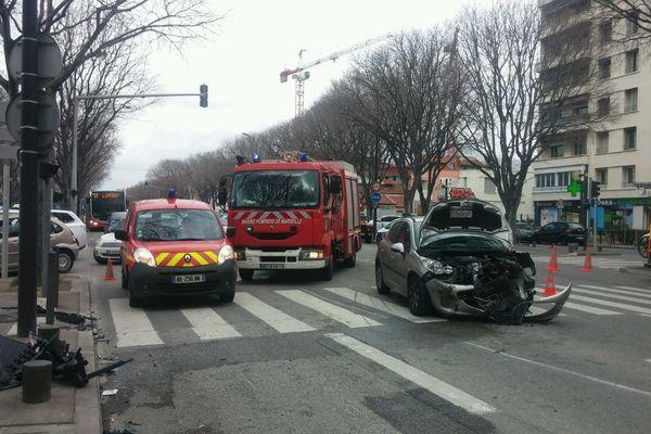Une des deux voitures qui est impliquée dans l'accident boulevard Michelet à Marseille.