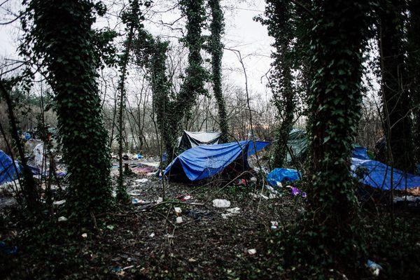 Deux hangars ouverts pour une mise à l'abri des personnes migrantes à Calais