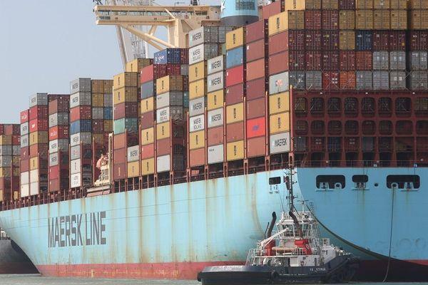 Porte-conteneurs à quai au port du Havre.