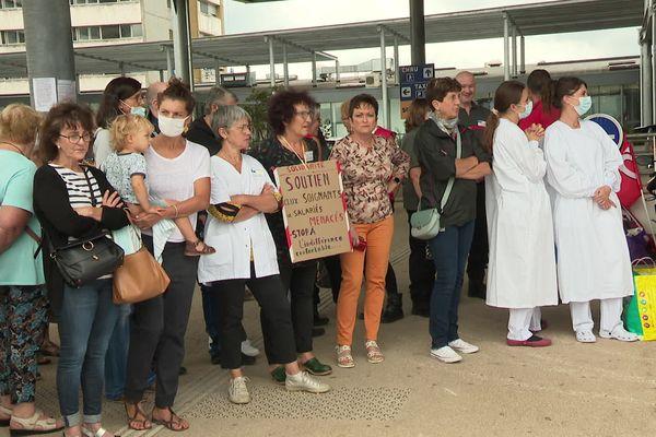 800 personnes rassemblées devant le CHU de Besançon, en ce jour où rentre en application l'obligation vaccinale.