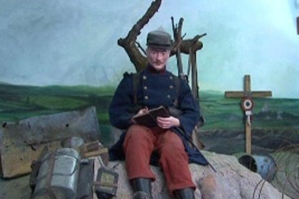 Les premiers combattants n'avaient pas encore l'équipement du Poilu. Vareuse bleue, pantalon rouge, casquette rouge, l'équipement était facilement identifiable par l'ennemi.