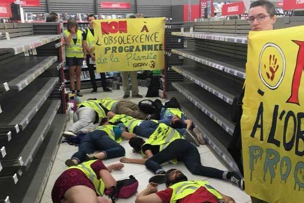 Au Leclerc de Rezé, les militants mènent une action pour dénoncer les dangers de la surconsommation sur notre planète