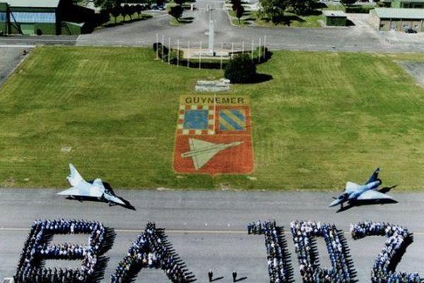 La base aérienne 102 et son personnel en 2004.
