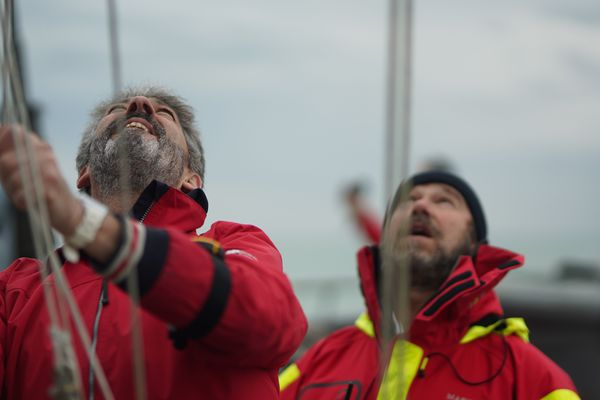 Un premier drapeau est hissé par un des arbitres sur le mat du PSP le Flamant pour signifier aux skippers le départ imminent.