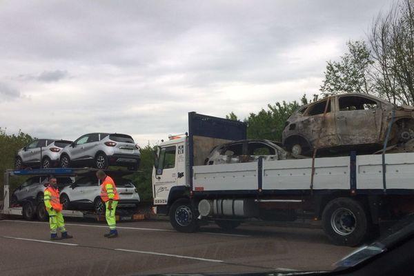 Un poids lourd a pris feu en début d'après-midi vendredi 10 mai 2019, ce qui engendre un énorme bouchon sur l'A6, entre Beaune et Chalon, en direction de Paris.