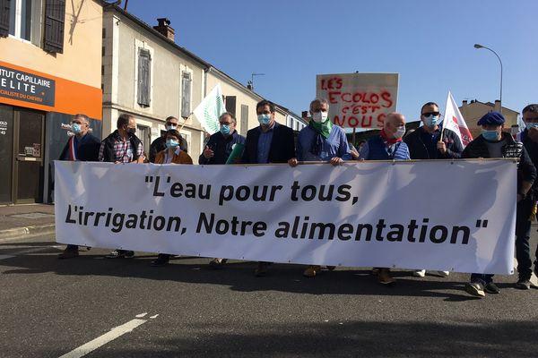 Le cortège a traversé le centre-ville de Mont-de-Marsan pour se rendre devant la préfecture des Landes.