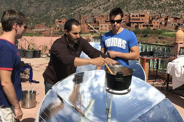 les fruits sauvages de la montagne transformés en confiture grâce à l'énergie solaire offrent un revenu durable aux villageois de Tizi N'Oucheg (Maroc)