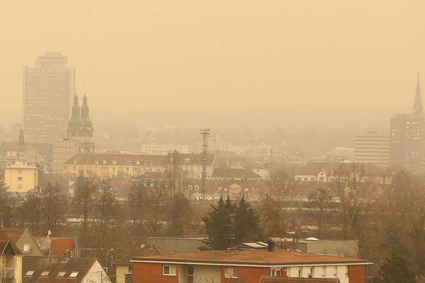 Le samedi 6 février 2021, Mulhouse avait déjà eu un ciel jaune orangé à cause du transport de sable saharien par un vent de sud.