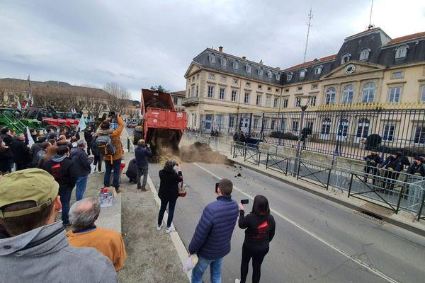 Mardi 9 février, des agriculteurs ont déversé du lisier devant la préfecture de Haute-Loire.