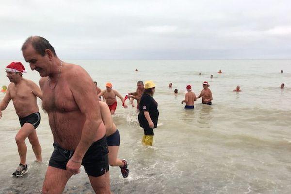 Les plus courageux ont tenu un quart d'heure dans l'eau.
