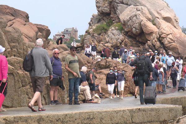 A l'embarcadère de l'Arcouest à destination de l'île de Bréhat : un flot de touristes incités à ne pas laisser leurs déchets sur place.
