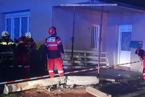 Le pignon de la maison a été fissuré à la suite du choc.