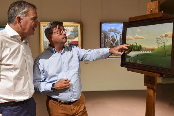 """Didier Pillon, sénateur et François Zocchetto, maire de Laval, découvrent le tableau """"Paysage avec pêcheur"""" en août 2017, une oeuvre indûment attribué au Douanier Rousseau"""