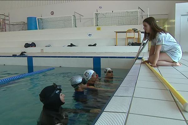 Laurine, étudiante en troisième année à Nice donne un cours d'apnée statique en piscine.