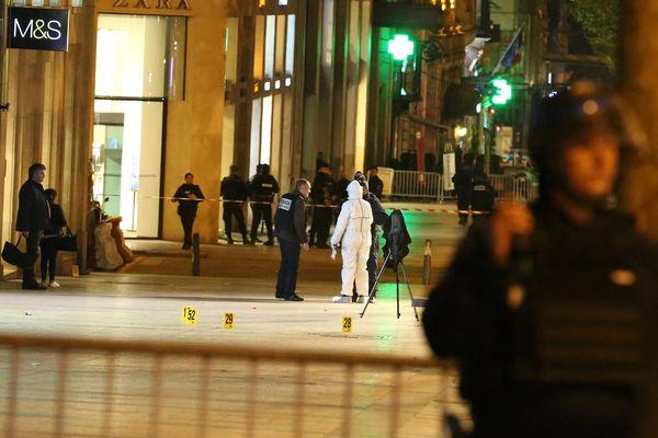 Un périmètre établi autour du lieu de l'agression contre des policiers, sur les Champs-Elysées, le 20 avril 2017.