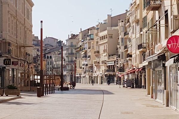 Quartier piéton de Cannes désert