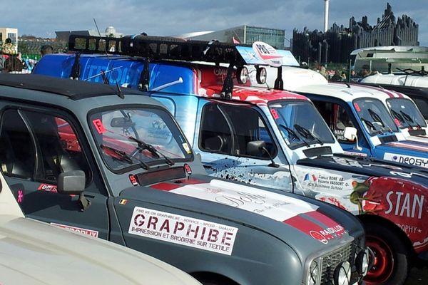 Les 4L sur le parking du Futuroscope avant le départ
