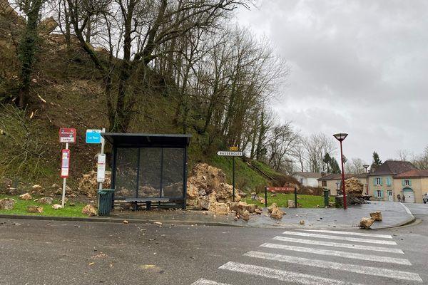 La tour médiévale, située en hauteur, s'est effondrée. Les blocs de pierre ont atterri en contre-bas à Sault-de-Navailles en Béarn.