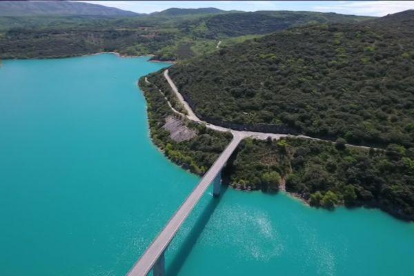 Le barrage de Sainte-Croix a été construit de 1971 à 1974.