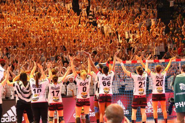 Les joueuses du Brest Bretagne Handball avec leur public à l'issue de leur victoire en Coupe de France face à Toulon