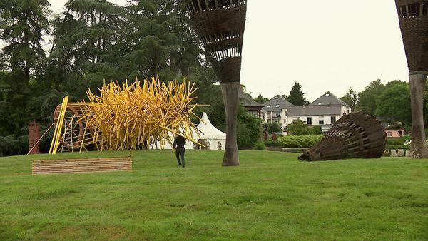 """""""Percée"""" : un travail physique pour le sculpteur Simon Augade en résidence au Parc Ar Milin de Châteaubourg."""