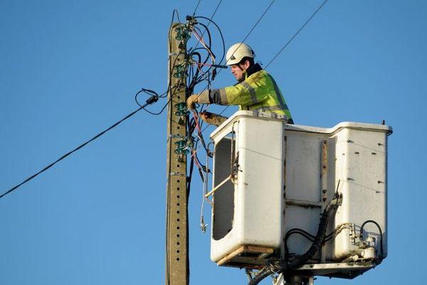 Plusieurs milliers de foyers sont privés d'électricité en Corse, vendredi 13 décembre.