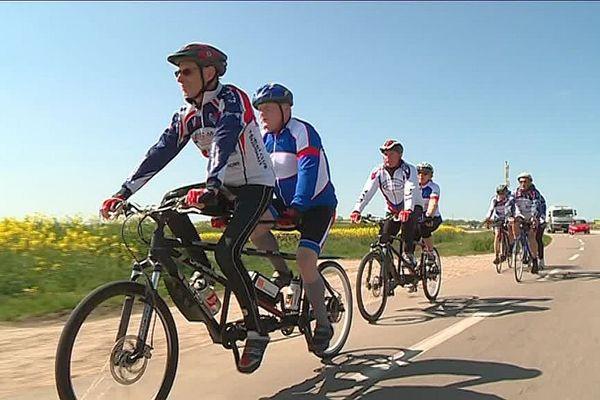 Tandem Dijon club permet à des personnes déficientes visuelles de faire du vélo mais aussi de nouer des liens d'amitié avec des personnes valides
