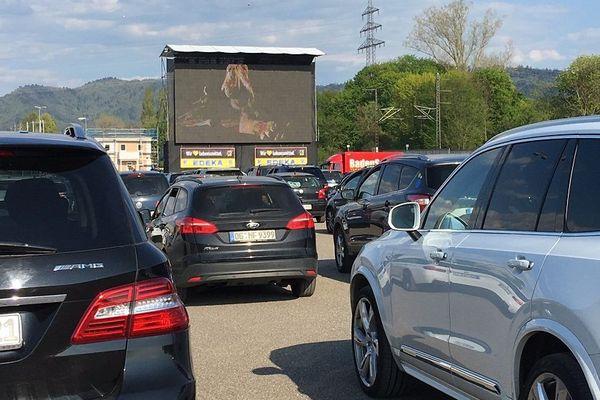 Le parking du drive-in peut accueillir jusqu'à 250 véhicules