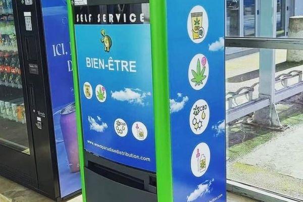 A côté d'un distributeur classique de friandise, de boissons et de café, l'une des premières machines automatiques de produits à base de cannabidiol dans l'Ain. Il s'agit d'un dérivé du chanvre, tout à fait légal en France, à ne pas confondre avec le cannabis, qui reste, lui, interdit.