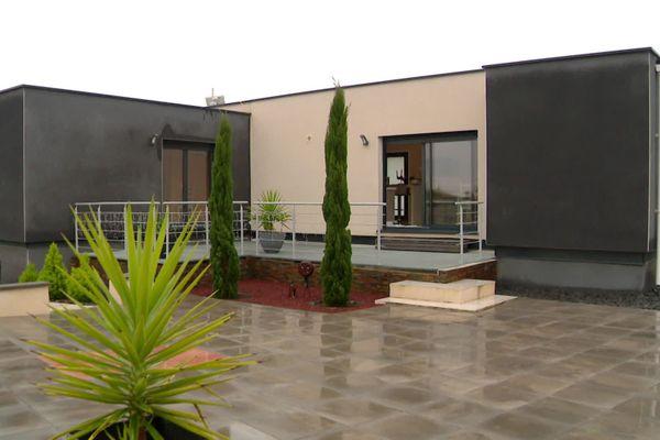 A Béziers, dans l'Hérault un couple a fait fabriquer sa maison contemporaine à partir de conteneurs maritimes - décembre 2020