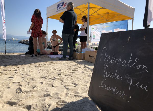 Une opération dans le cadre de la campagne contre les noyades #VigilanceNoyade sur la plage à Antibes.
