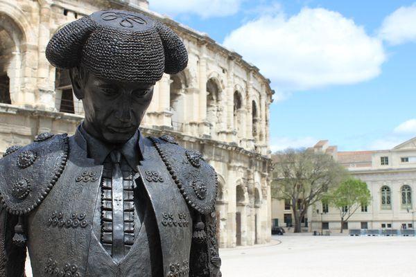 La statue de Nimeño II, matador français, figure de la tauromachie française sur la place des arènes de Nîmes