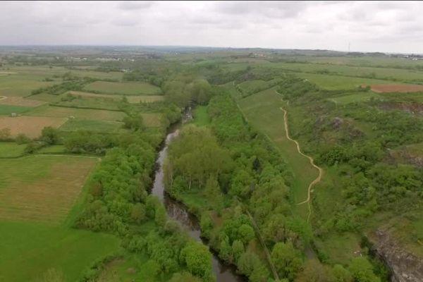 L'affluent de la Loire s'étend sur 90 kilomètres, entre le département des Deux-Sèvres et le Maine-et-Loire.