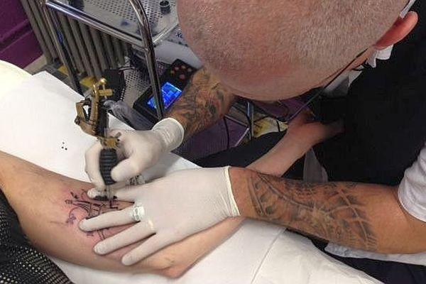 Sur le bras, le mollet ou dans le bas du dos, Christophe Vincent tatoue gratuitement la Tour Eiffel aux volontaires !