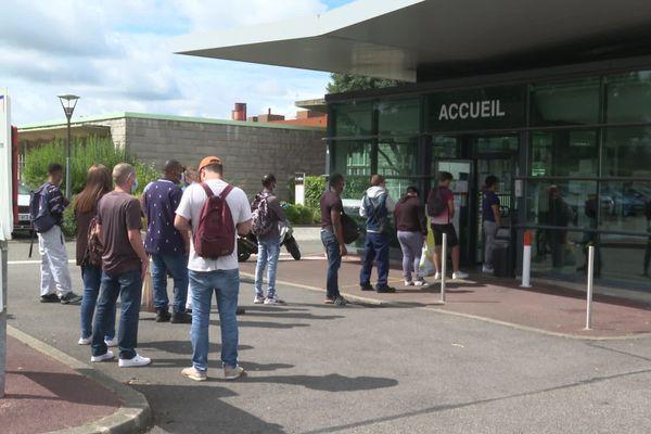 Fin des vacances d'été pour les salariés de PSA-La Janais à Rennes. Des intérimaires ont été appelés en renfort face au succès de la C5.