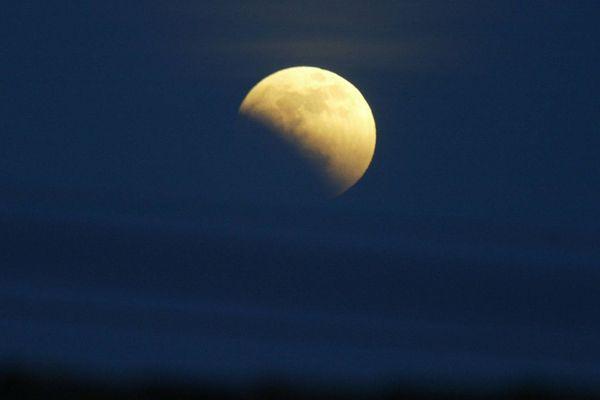 Une photo prise le 4 mai 2004 à Montpellier de l'éclipse totale de Lune.