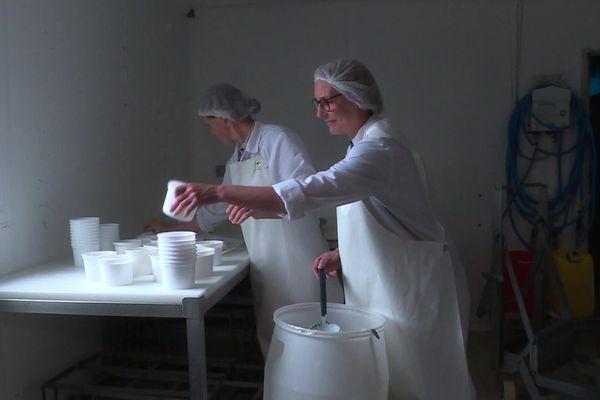 11 juin 2020 – Dernière étape de la fabrication du Skyr, nouveauté d'une productrice de fromage de Neuchâtel en Seine-Maritime