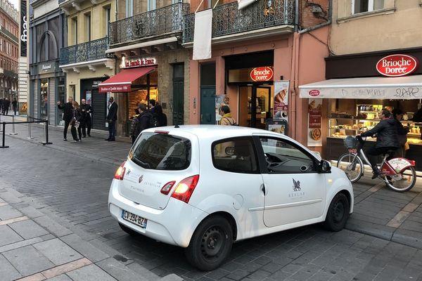 Un véhicule d'une société privée de sécurité barre l'accès à la rue