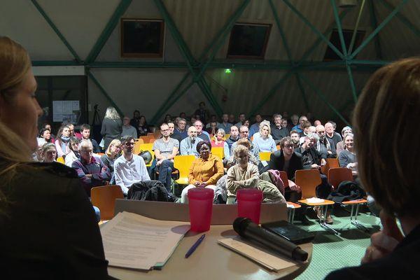 Les candidats face à près de 300 membres d'associations
