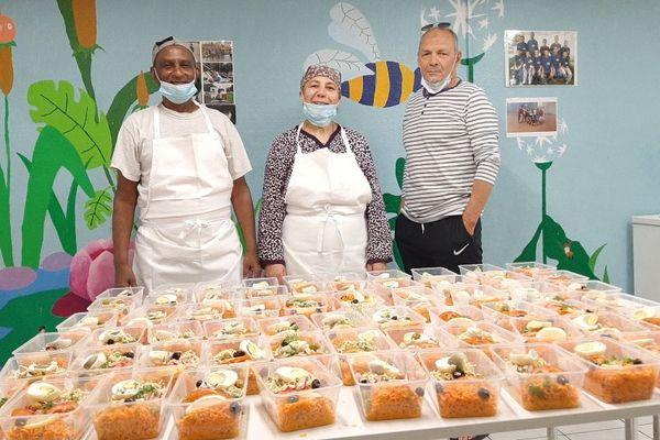 Amar Latoui, Président de l'association AMI (à droite sur la photo), organise la distribution de 120 repas par jour pour les étudiants et les chibanis