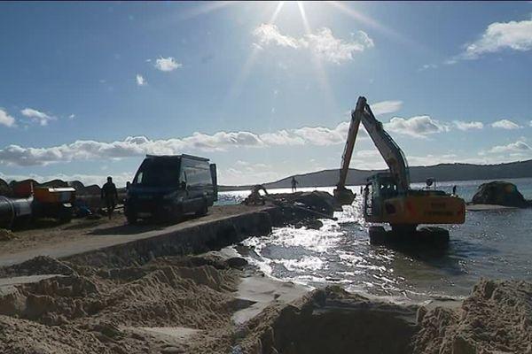 Les travaux sont en cours pour édifier une digue brise-lame en sable et casser ainsi la houle.